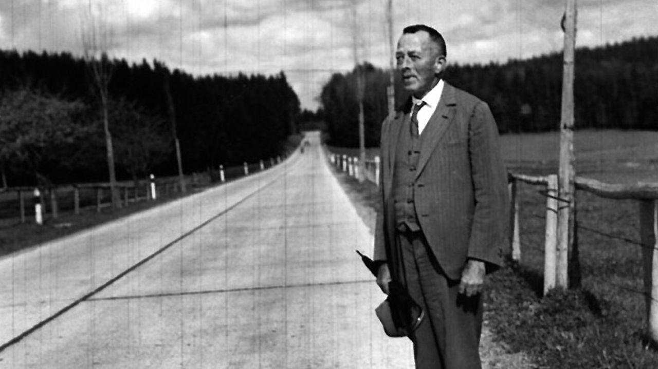 Robert Walser, en uno de sus famosos paseos