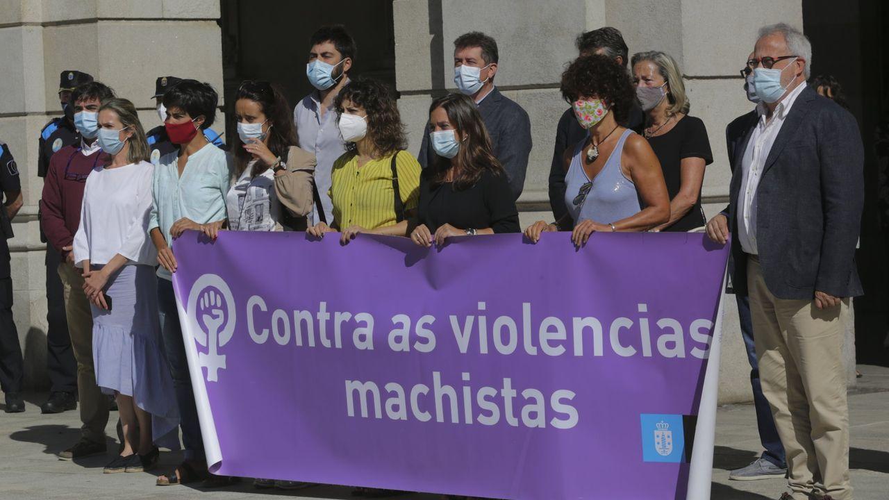 Imagen de archivo de una concentración en el Ayuntamiento de A Coruña tras un asesinato machista en Valencia