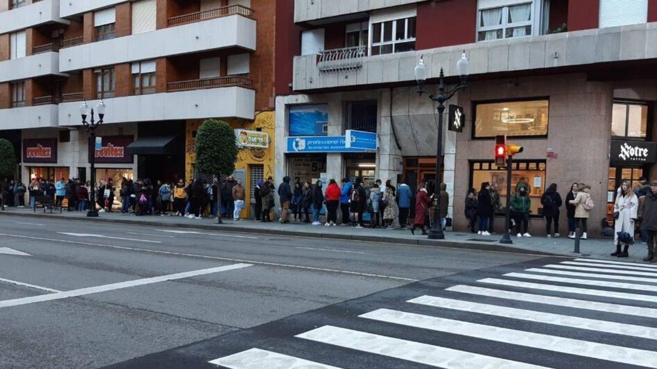Centenares de personas para participar en la versión asturiana de «Un violador en el camino».Colas en la calle de Ramón y Cajal, en donde se ubica el estudio de tatuajes