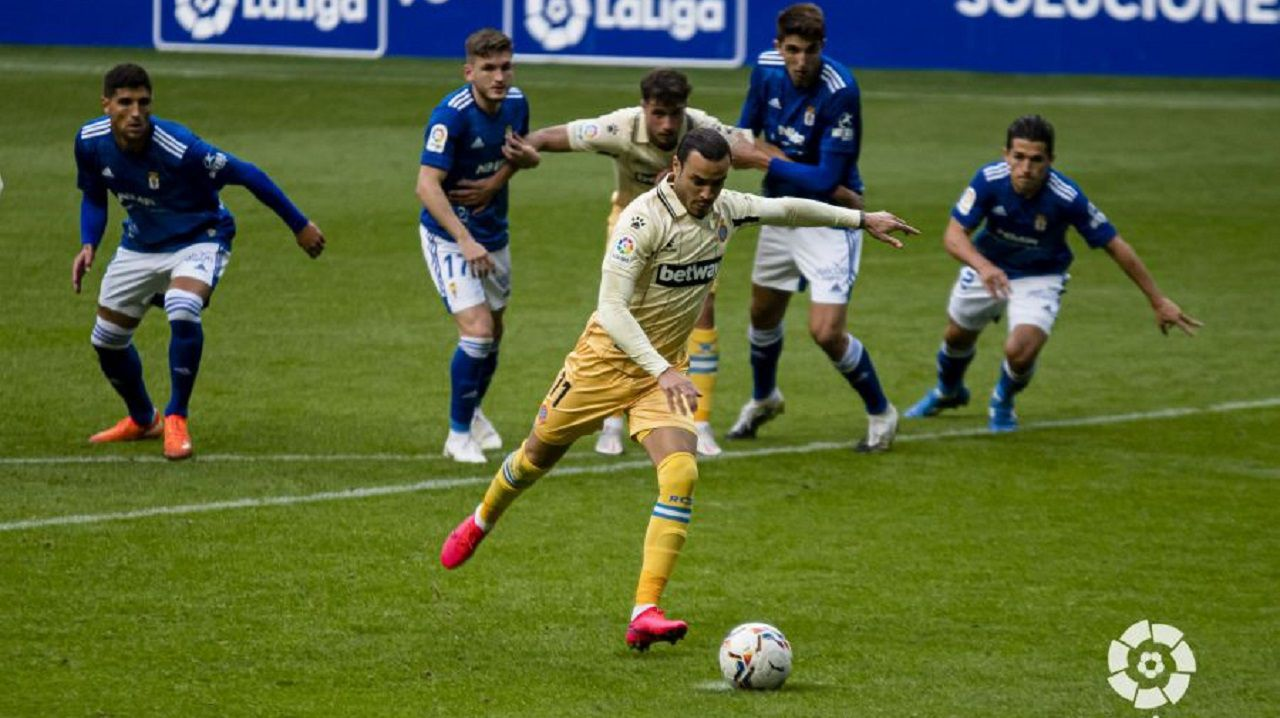 Raúl de Tomás lanza el penalti con el que el Espanyol se adelantó en el Carlos Tartiere