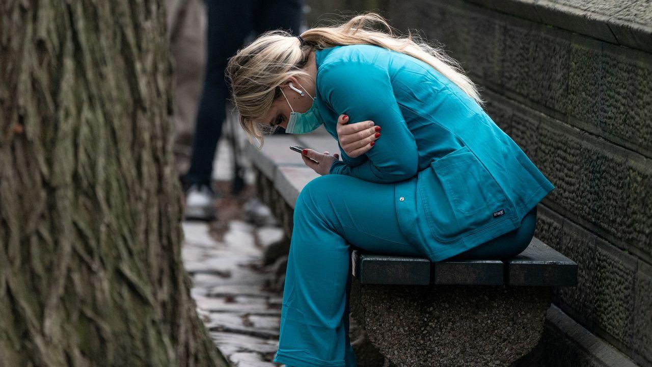 Una trabajadora sanitaria, en Central Park, en Nueva York