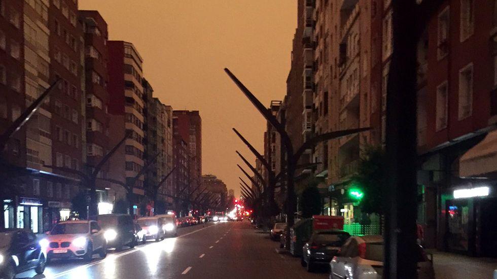 La nube de humo retrasa el amanecer sobre la Avenida Constitución, en Gijón.La nube de humo retrasa el amanecer sobre la Avenida Constitución, en Gijón