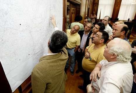 El alcalde muestra los planos del proyecto del AVE en una reunión del CES en el 2009.