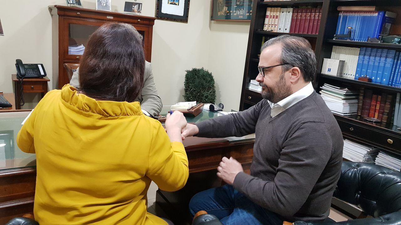 de la Generalitat Valenciana, Ximo Puig, aplaude junto a sus socios de gobierno, Mónica Oltra (Compromís), y Rubén Martínez Dalmau (Unides Podem), ayer tras jurar el cargo