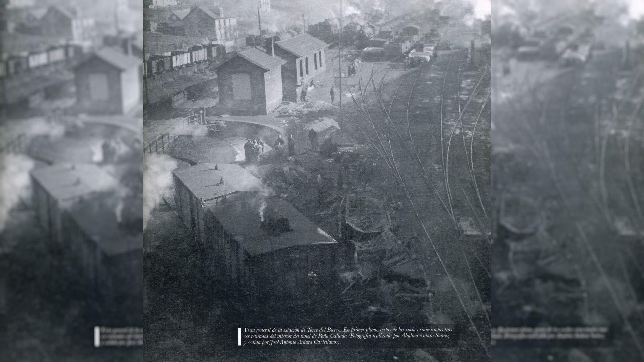 Fotografía de la estación del Torre del Bierzo con los vagones siniestrados retirados del túnel donde se produjo el choque en primer plano
