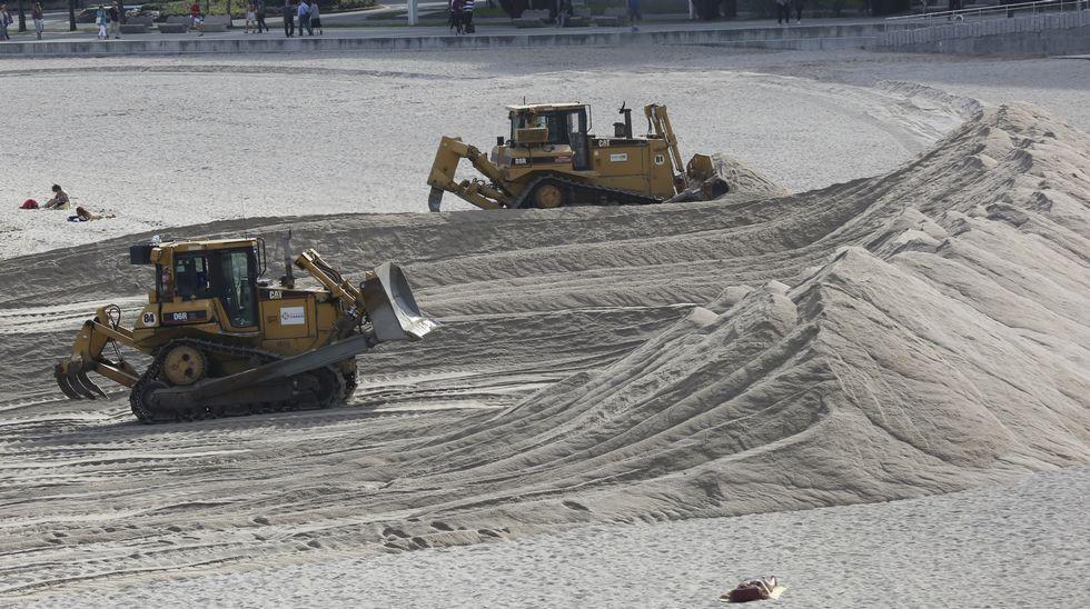 Máquinas montando la duna de Riazor