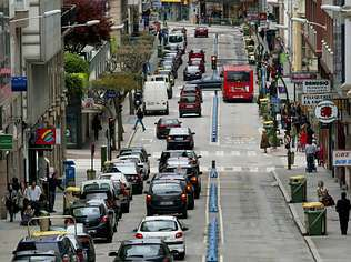 El contraste es la imagen actual de la misma calle con el carril bus.
