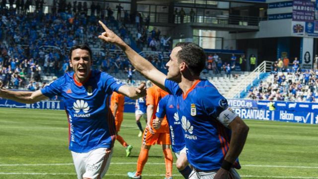 Gol Linares Folch Real Oviedo Lorca Carlos Tartiere.Linares celebra el primer gol del Real Oviedo junto a Folch