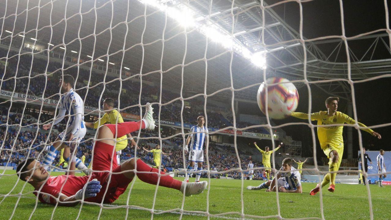Carlos Hernández y Javi Hernández saltan en una acción a balón parado