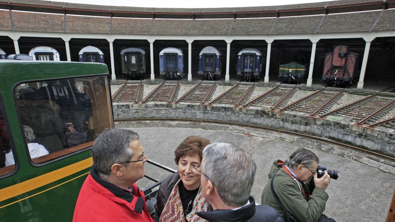 Una visita en imágenes al punto de encuentro de los ríos Cabe y Sil.Visitantes en la antigua rotonda ferroviaria que forma parte del museo, en una imagen de archivo
