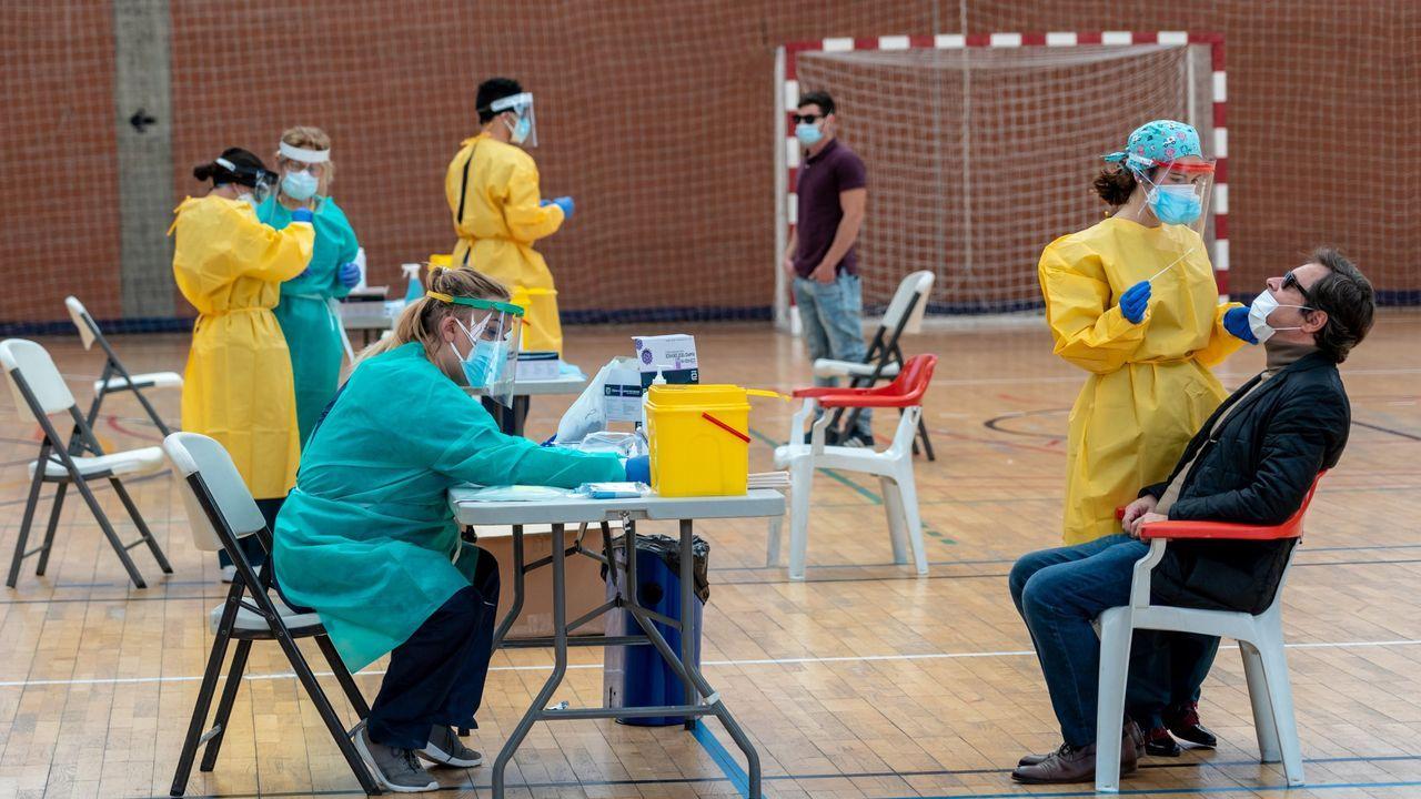 Sanitarios trabajando durante las pruebas de cribado de covid-19 con test de antígenos en un pabellón deportivo de Sevilla