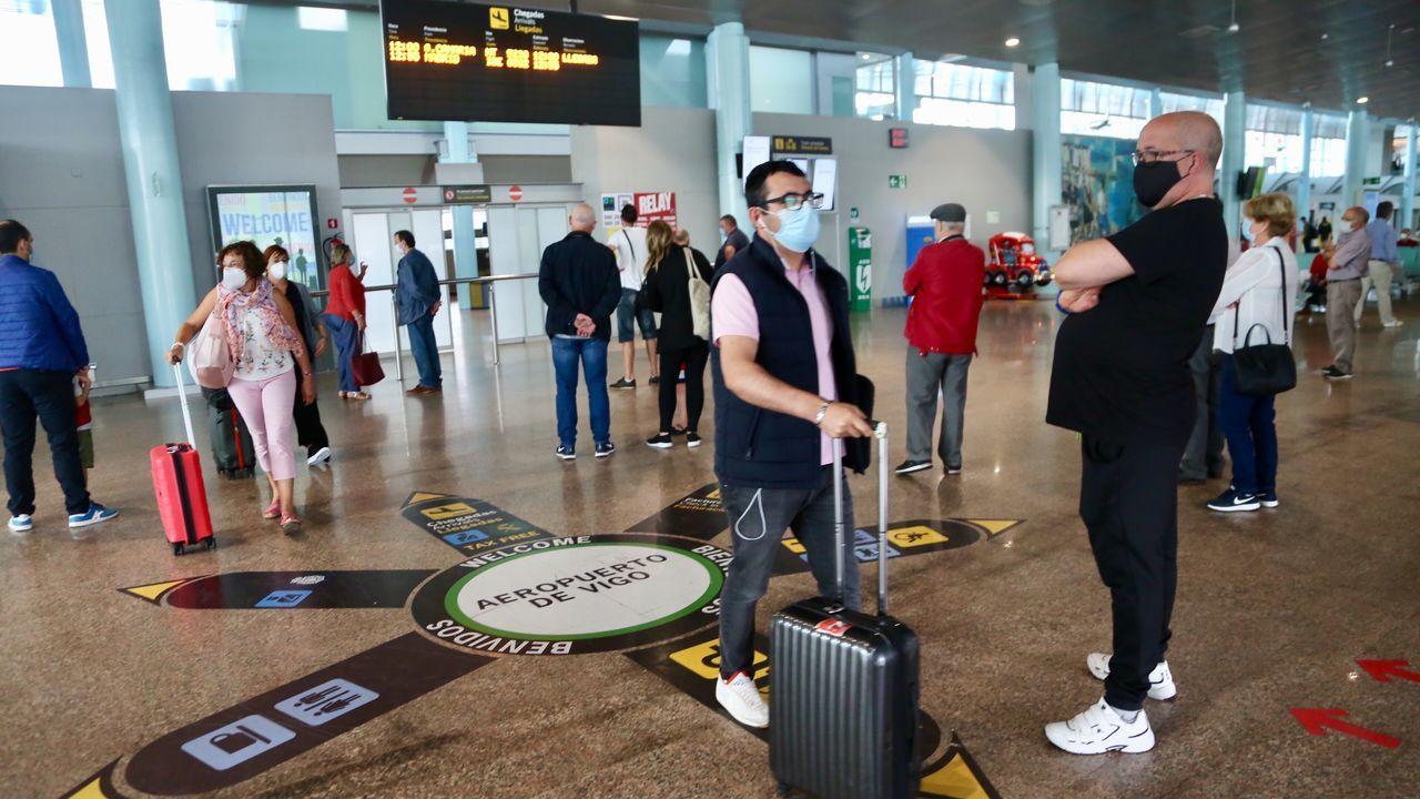 Peinador también desescala: llega el primer vuelo de Canarias.Vecinos del barrio murciano de San Antón, en una de las caceroladas de protesta delante de un piso cedido a la Cruz Roja y en el que guardan cuarentena por covid-19 varios inmigrantes llegados en patera