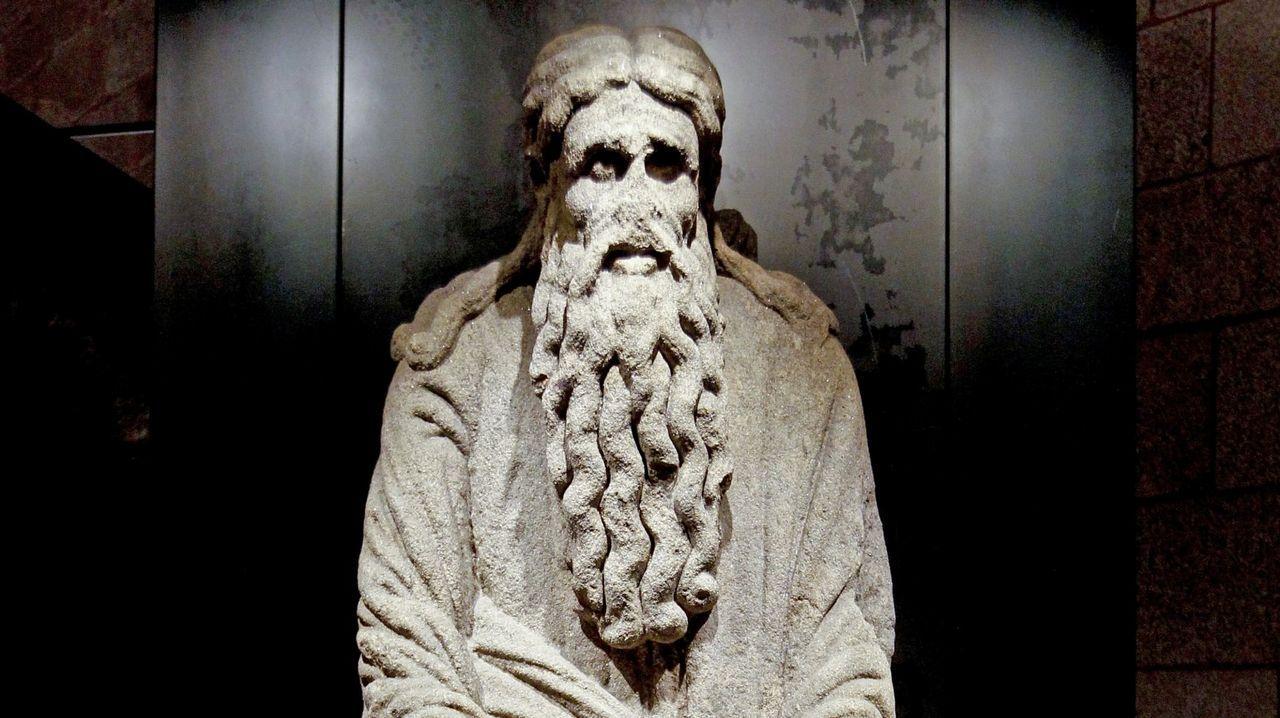 Abraham, unha das nove esculturas do Mestre Mateo procedentes da desaparecida fachada occidental da catedral de Santiago. Actualmente é propiedade da familia Franco.