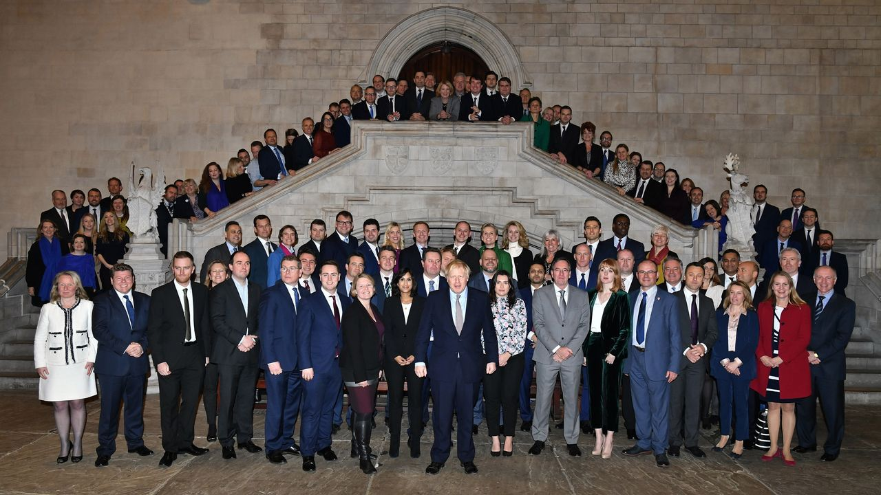 Boris Johnson posa con los diputados conservadores electos en Westminster