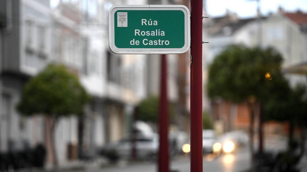 Camilo Chas en su galería de arte en la calle San Andrés de A Coruña