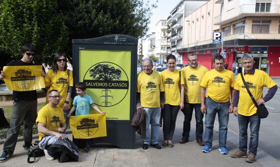 Integrantes de la plataforma ante la valla publicitaria que utilizaron con su bandera hasta hoy.