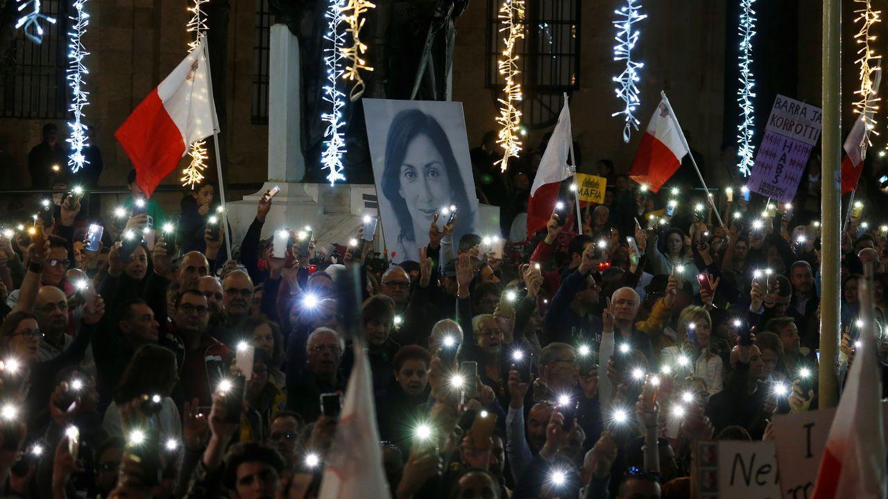 Miles de personas se han manifestado este domingo en La Valeta para exigir la dimisión del primer ministro por el asesinato de la periodista  Daphne Caruana Galizia