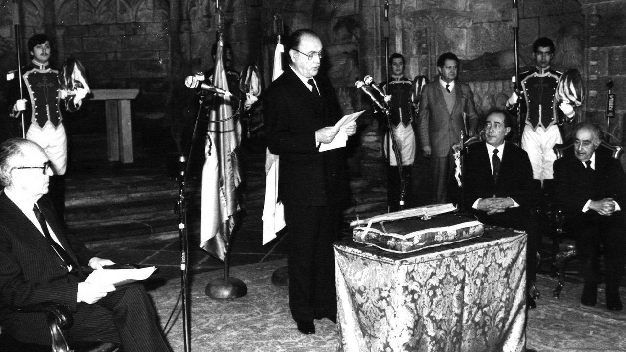 Fernández Albor leyendo el discurso durante el acto de juramento del cargo como nuevo presidente de la Xunta de Galicia en 1982