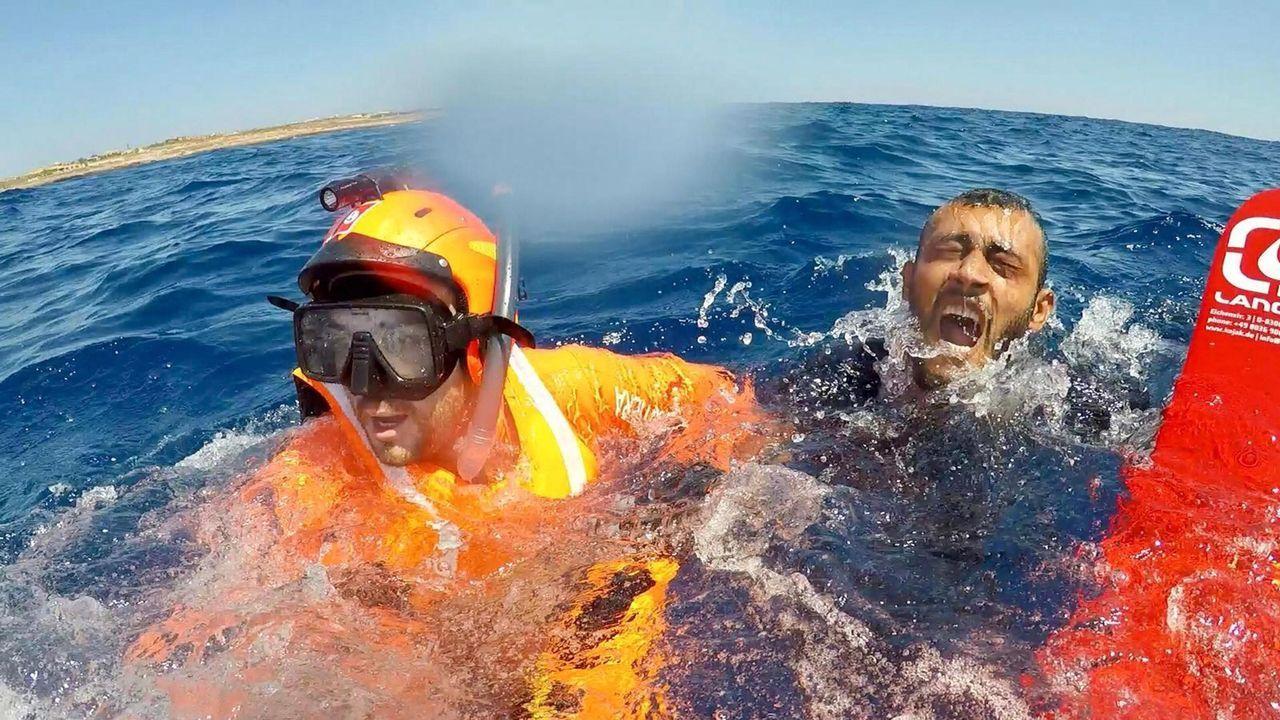 Así fue el recibimiento de los 30 policías de la UIP en A Coruña.Los guardacostas italianos difundieron imágenes del rescate de los migrantes que se lanzaron al mar