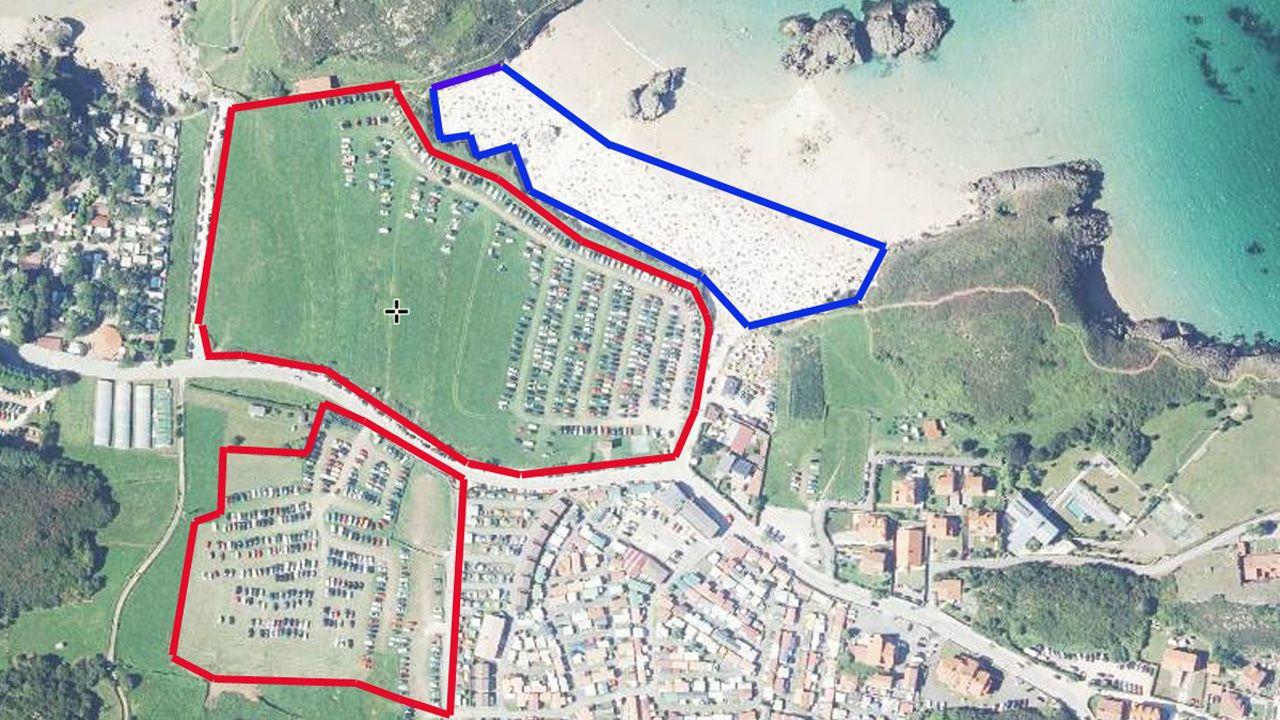Vista aérea de la playa de Borizu, Llanes (en azul) y de los parkings privados más cercanos (en rojo), con una superficie cinco veces mayor que el arenal en marea alta