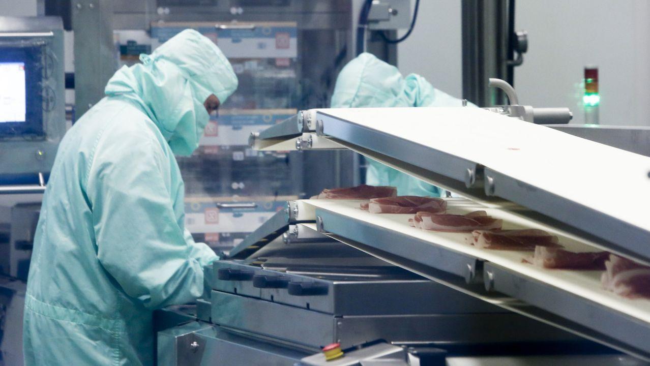 Trabajadores de una planta de secado de jamones