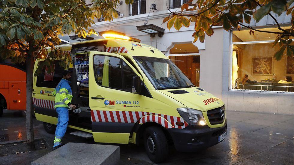 Facultativos del Summa a las puertas del hotel de Madrid en el que ha sufrido un infarto mortal.