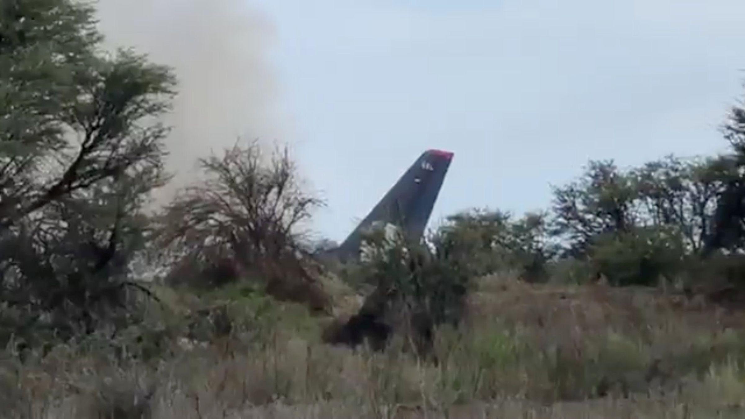 Un avión con 104 personas a bordo se estrella en México sin víctimas mortales.Equipos de socorro se dirigen hacia el avión de Aeroméxico estrellado en Durango