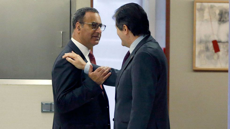 El presidente del Principado, Javier Fernández, felicita a Fernando Lastra en los pasillos de la Junta General.El presidente del Principado, Javier Fernández, felicita a Fernando Lastra en los pasillos de la Junta General