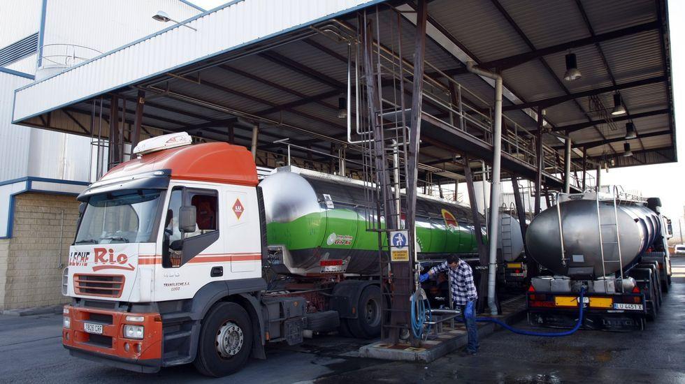 Imagen de archivo de camiones cisterna en la planta de Euroserum en Monforte