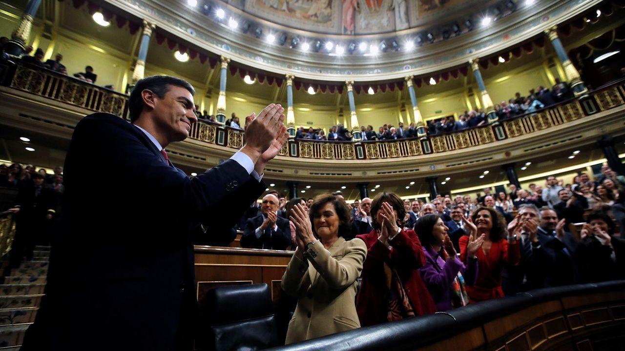La jornada definitiva de la sesión de investidura, en imágenes.Elena Espinosa (centro), este martes en una inauguración.