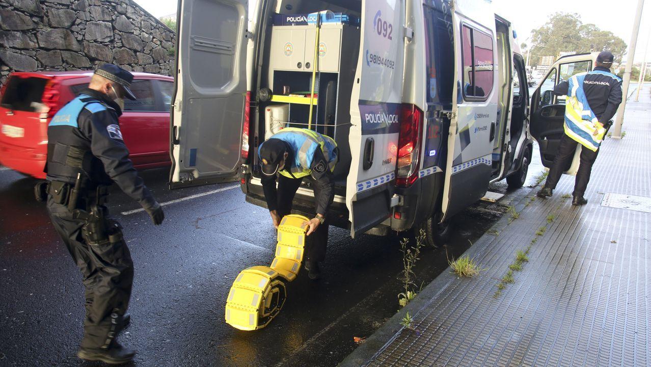 Retirada del coche de Manuel Rodríguez Eiroa en el puerto de Laxe.Agentes de la Policía Local de Ferrol preparando un control de restricciones covid.
