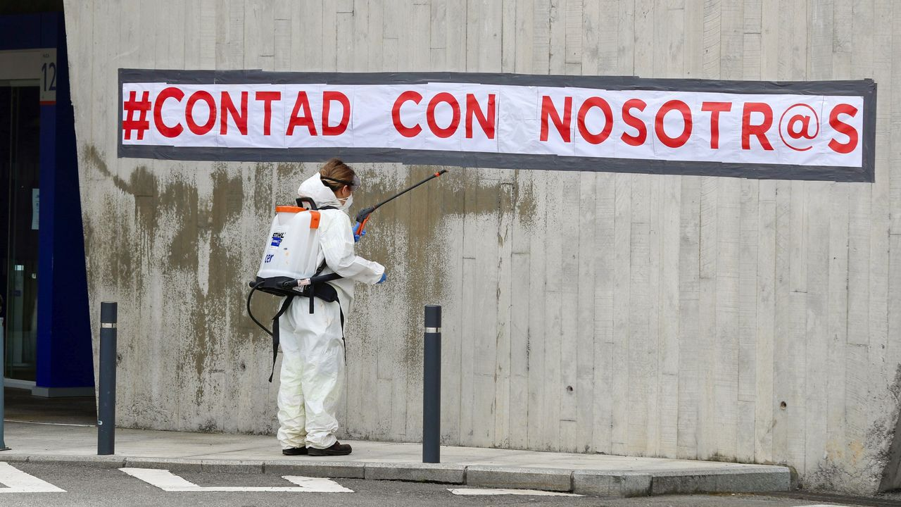Trabajos de desinfección en el Hospital Universitario Central de Asturias (HUCA)