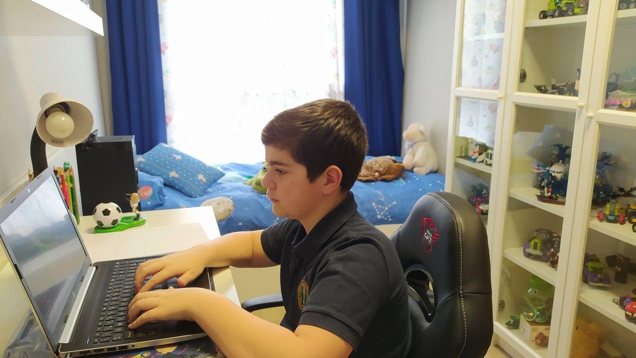 VIDEOCLASES Y TUTORÍAS. Daniel Rodríguez tiene clase por videoconferencia toda la mañana y tutorías por las tardes.