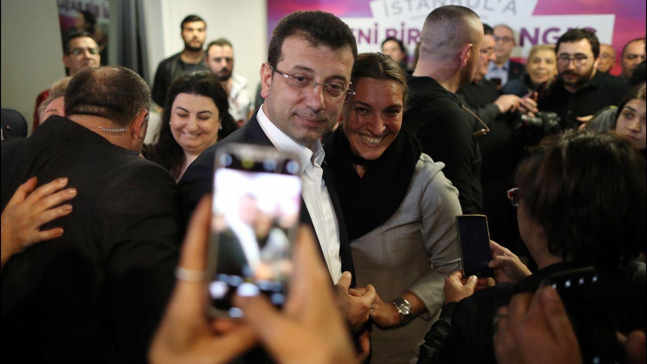 El candidato a la alcaldía de Estambul del Partido Republicano del Pueblo (CHP), Ekrem Imamoglu, y ganador de los comicios posa para una foto con una seguidora