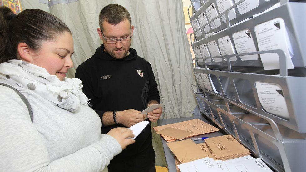 Gente votando en Mondoñedo (Lugo)