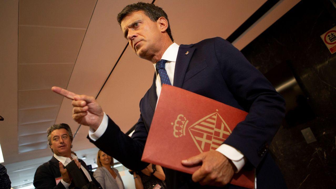 El Equipo E.Manuel Valls,que seguirá como concejal, exigió a Colau que retire el lazo amarillo del consistorio
