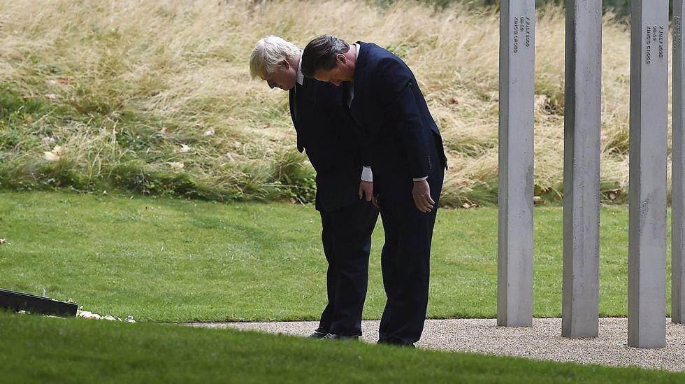 David Cameron y Boris Johnson agachan la cabeza en respeto a las víctimas