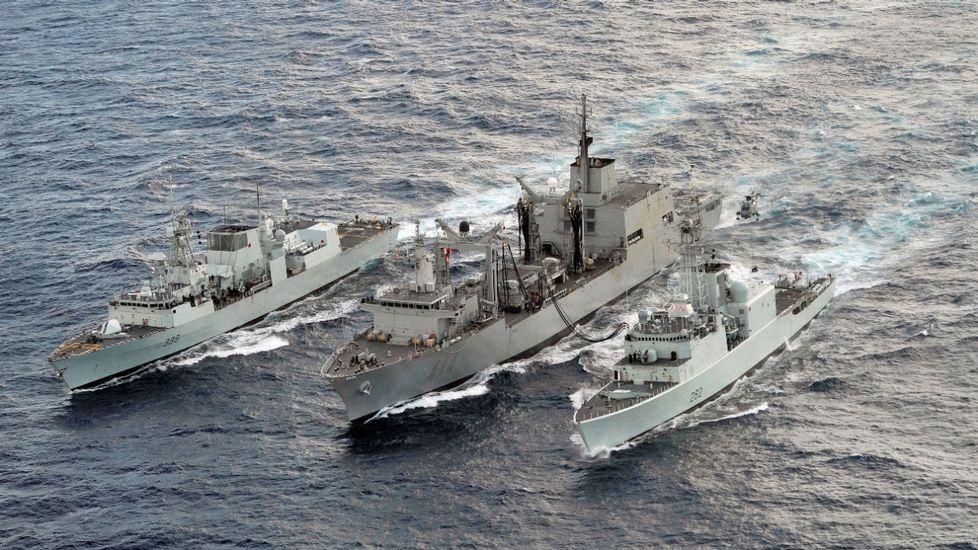 La «Méndez Núñez» zarpa de Ferrol para asumir el mando de la OTAN.El buque con base en Ferrol, en el centro, prestando apoyo a otras dos unidades