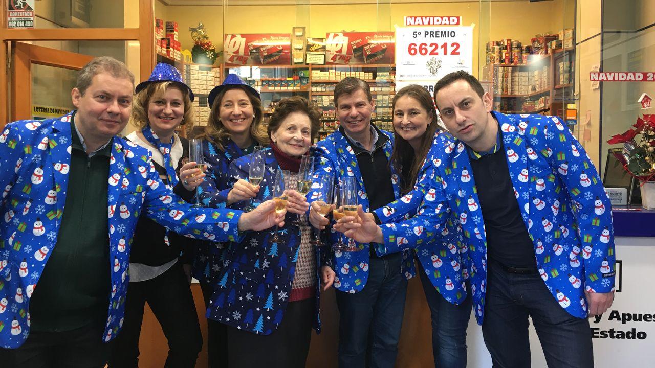 La administración de lotería de la calle Jovellanos celebra los cuatro décimos de dos quintos premios que ha vendido