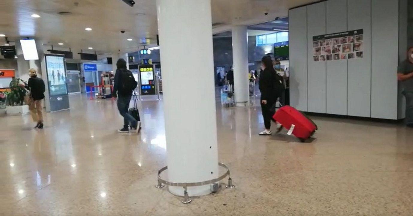 Llegada de los pasajeros del vuelo procedente de Madrid.Aeropuerto de Alvedro. Vuelos a Barcelona cancelados