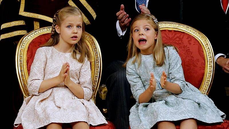 Las pequeñas acapararon todas las miradas.Felipe VI y Letizia, con representantes de asociaciones y fundaciones de víctimas del terrorismo, en su primer acto oficial como reyes.