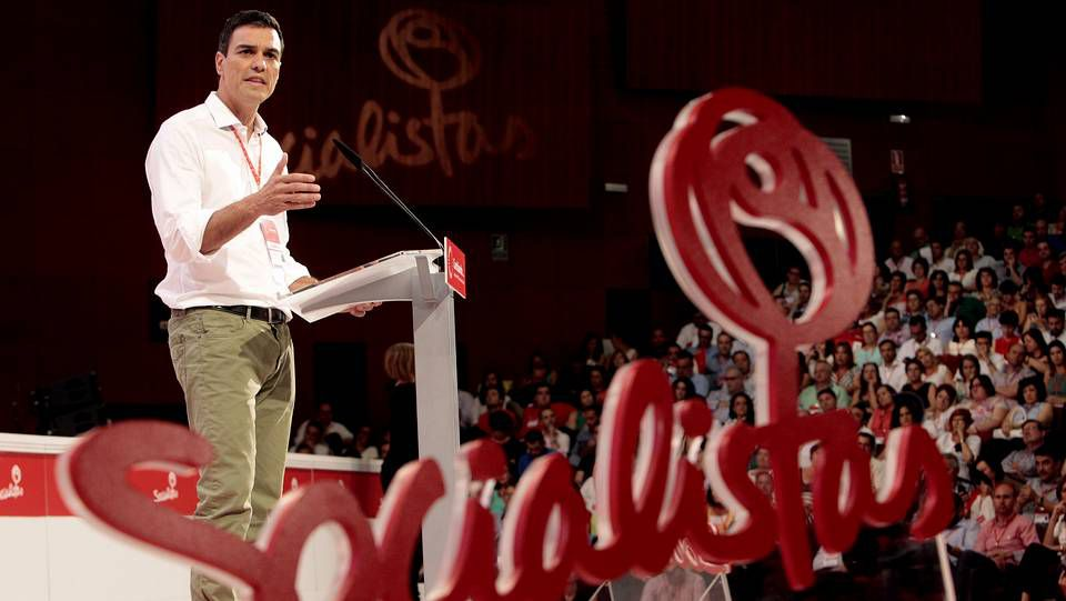 Congreso extraordinario del PSOE.Pedro Sánchez agradece los aplausos de los asistentes al congreso, ante los que se comprometió a cambiar el partido desde las bases y convertirlo en baluarte de la «honradez intransigente».