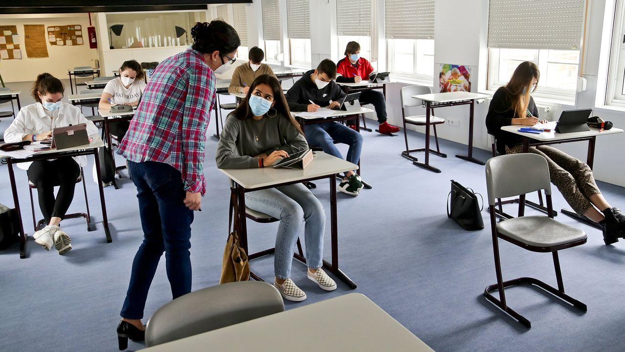 Alumnos de segundo de bachillerato del Colegio Miralba de Vigo asistiendo a clase el pasado mes de junio