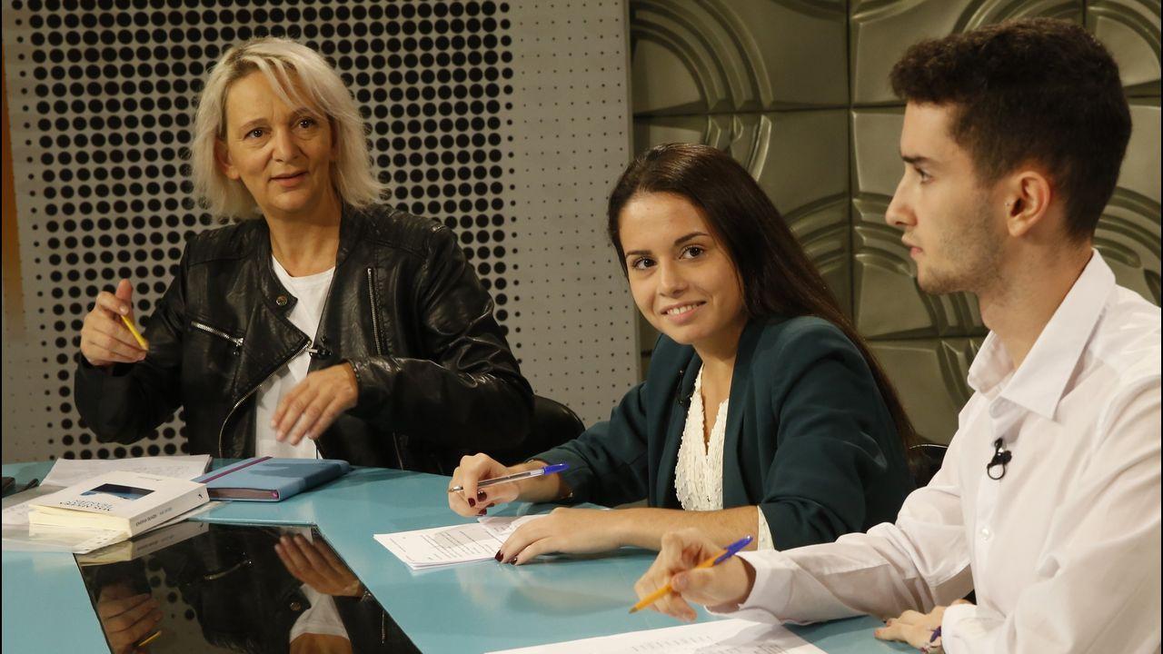 El arriesgado «look» de la reina Letizia, en imágenes.Bescansa en una entrevista con alumnos de la facultad de Xornalismo de Santiago