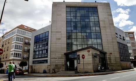 Edificio del centro social de Boiro, donde se llevan a cabo actualmente numerosas actividades.