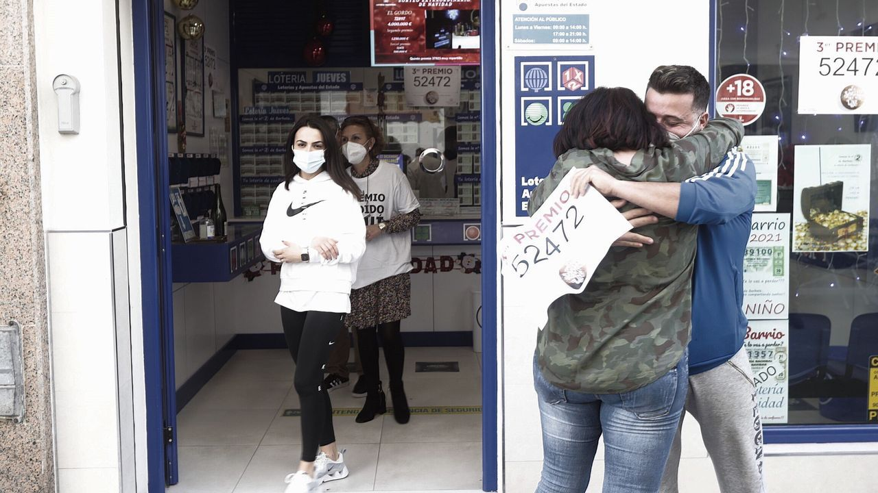 Roman Ríos | Efe.Mucha emoción ante la administración de lotería número 2 de Barbate, que ha repartido 45 millones de euros