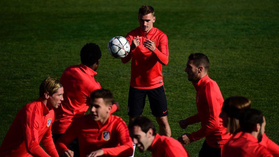 Barça y Atlético buscan su plaza en las semis.Martín, que fue el más sobresaliente del partido, defendido por Escudero (11) y Casal (22).