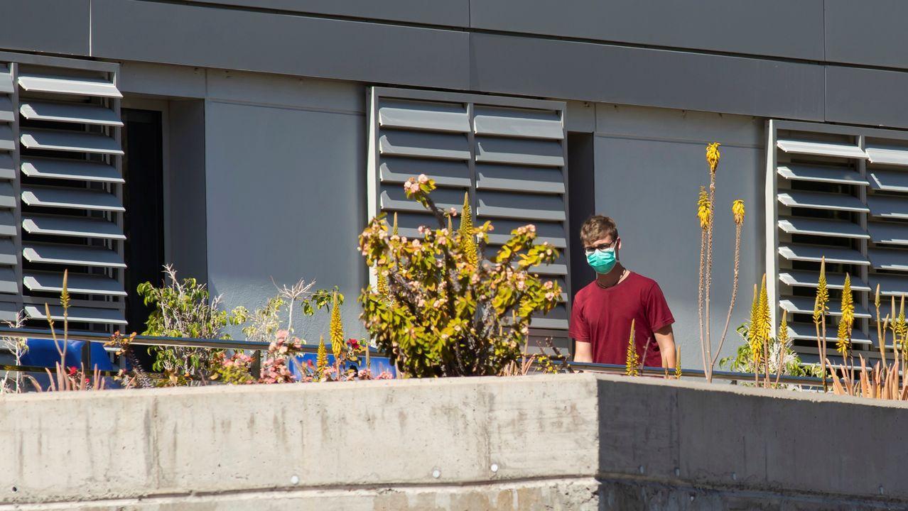 Gente con mascarillas en el balcón del hospital de La Gomera