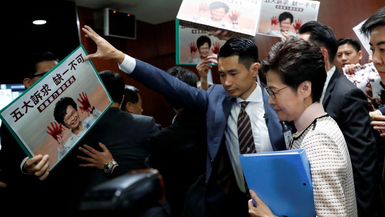 Carrie Lam sale del Congreso de Hong Kong entre las potestas de los opositores