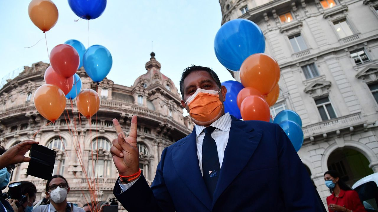 El candidato de centroderecha Giovanni Toti celebra su reelección como presidente de Liguria